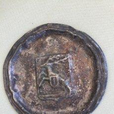 Antigüedades: PLATO DECORATIVO EN METAL CON RELIEVE HERALDICO DE UN CIERVO. Lote 277278083