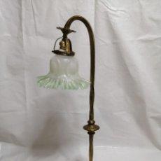 Antigüedades: PRECIOSA LAMPARA DE MESA MODERNISTA EN BRONCE DORADO Y TULIPA DE CRISTAL MEDIADOS DEL SIGLO XX. Lote 277294493