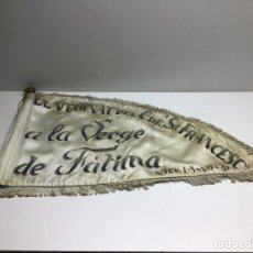 Antigüedades: ANTIGUO BANDERIN BORDADO VIRGEN DE FATIMA - EL VEHINAT DEL CARRER ST.FRANCESC DE VIC - 1951. Lote 277576733