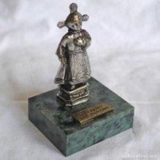 Antigüedades: FIGURA EN PLOMO BAÑADO SANTO NIÑO DEL REMEDIO SOBRE PEANA DE PIEDRA. Lote 277625048