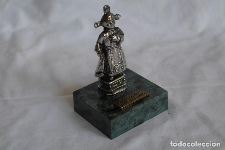 Antigüedades: Figura en plomo bañado Santo niño del Remedio sobre peana de piedra - Foto 2 - 277625048