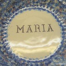 Antigüedades: GRAN PLATO FUENTE ANTIGUO DE CERAMICA AZULES ESPONJADOS Y DEDICADO A MARIA - MARCA O FIRMA TALLER. Lote 277633433