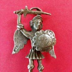 Antigüedades: MEDALLA ANTIGUA DE SAN MIGUEL ARCÁNGEL PROTECTOR. PLATA.. Lote 277642008