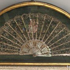 Antigüedades: ESPECTACULAR ABANICO PUNTILLA CON VARILLAS DE NACAR. EN ABANIQUERA. PINTADO A MANO. SIGLO XIX. Lote 277707058