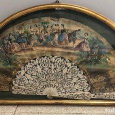 Antigüedades: ESPECTACULAR ABANICO ESCENA CAMPESINA PINTADA A MANO Y VARILLAS DE HUESO. EN ABANIQUERA. SIGLO XIX. Lote 277708118