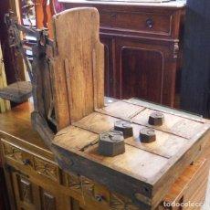 Antigüedades: BÁSCULA DE MADERA Y FORJA 4 PESAS. Lote 277713903