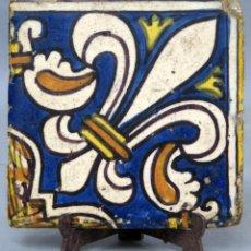 Antigüedades: AZULEJO VALENCIANO ESMALTADO CON DISEÑO FLOR DE LIS MEDIADOS DEL SIGLO XVII. Lote 277715723
