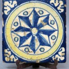 Antigüedades: AZULEJO ESMALTADO DE TALAVERA ESTRELLA DE OCHO PUNTAS AZUL BLANCO Y AMARILLO FINALES DEL SIGLO XVI. Lote 277718508