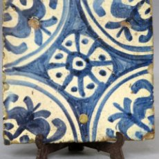 Antigüedades: AZULEJO ESMALTADO DE TALAVERA CON ROSETÓN CENTRAL EN AZUL BLANCO Y FINALES DEL SIGLO XVI. Lote 277718958