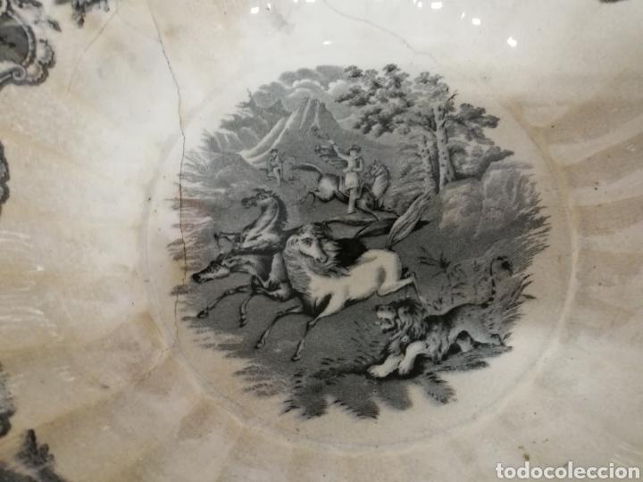 Antigüedades: GRAN FUENTE GALLONADA EN CERÁMICA. FABRICA LA AMISTAD. CARTAGENA. ESCENA DE CAZA. XIX. LAÑADA. - Foto 5 - 277726193