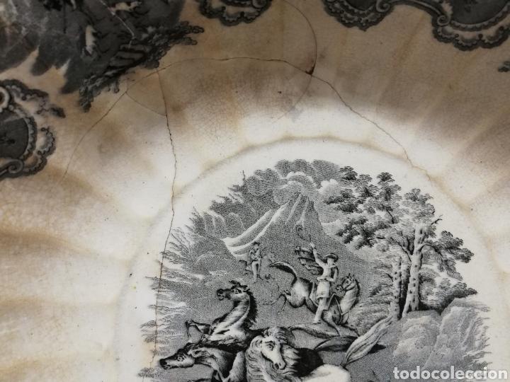 Antigüedades: GRAN FUENTE GALLONADA EN CERÁMICA. FABRICA LA AMISTAD. CARTAGENA. ESCENA DE CAZA. XIX. LAÑADA. - Foto 14 - 277726193