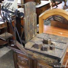 Antigüedades: BÁSCULA ANTIGUA FORJA Y PINO. Lote 277747008