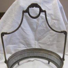 Antigüedades: CENTRO DE MESA, METAL PLATEADO, MARCA ALEMANA WMF, CON CRISTAL. HACIA 1930. ALT. 26 CM; DIÁM. 21 CM. Lote 277764483