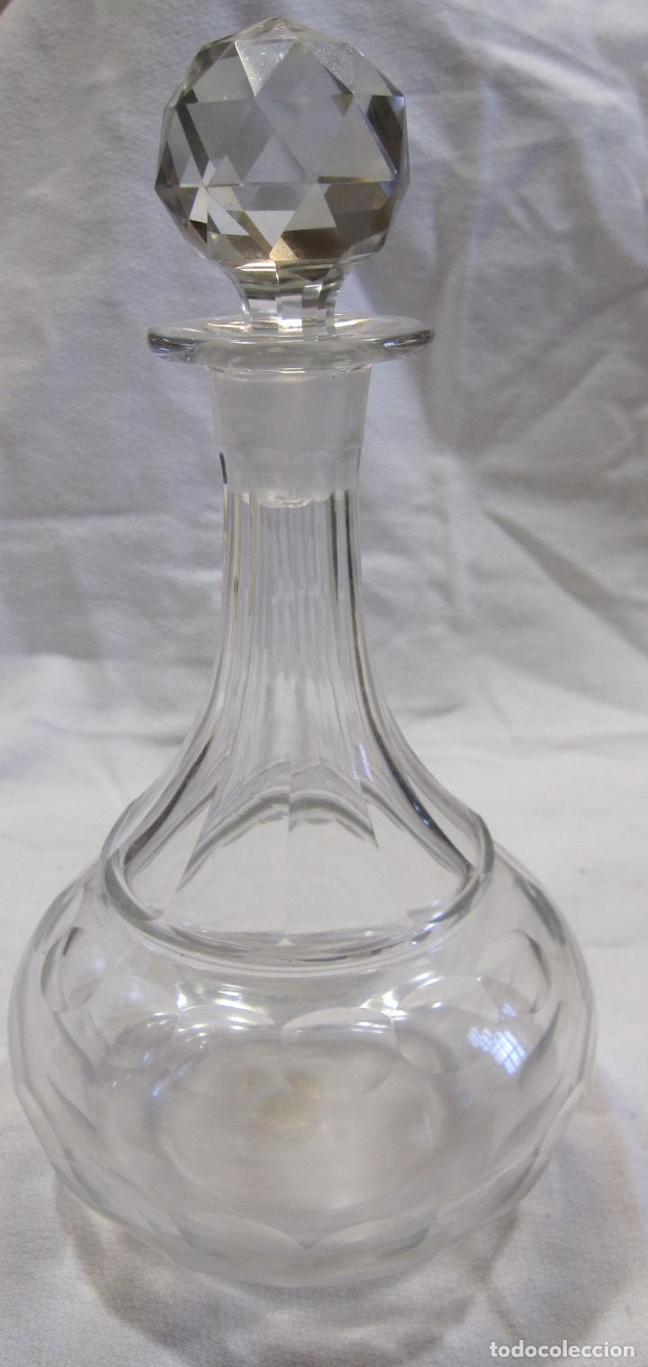 ANTIGUA BOTELLA DE CRISTAL TALLADO. ALT. CON TAPON 21 CM (Antigüedades - Cristal y Vidrio - Otros)