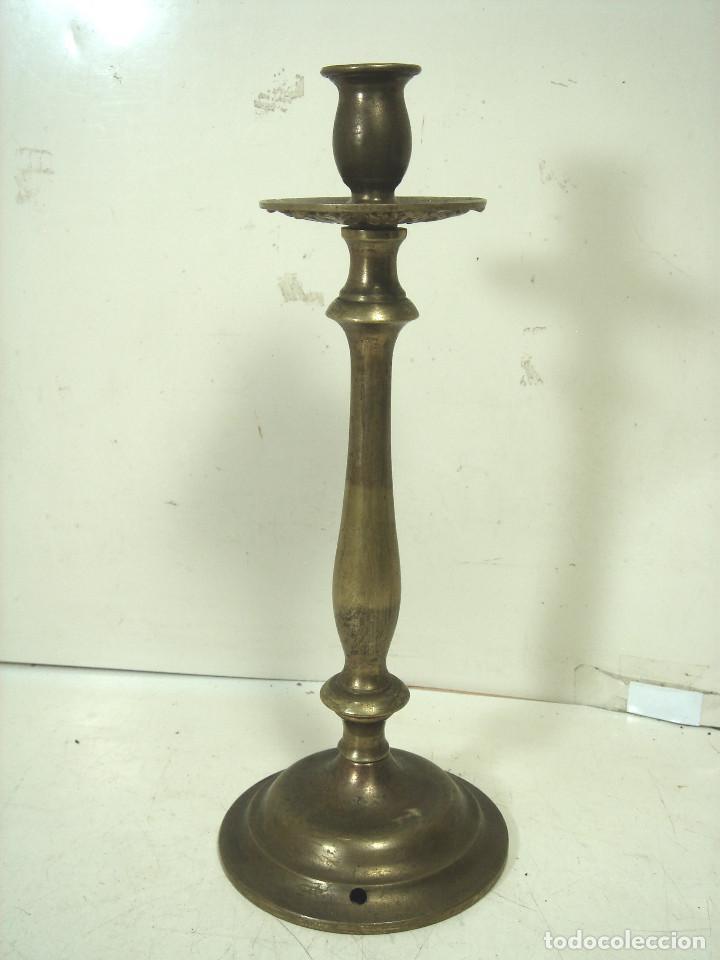 Antigüedades: CANDELABRO BRONCE DORADO-SIGLO XIX-PARA VELAS-CON RECOGE CERA-CANDELERO CIRIAL IGLESIA - Foto 2 - 278177563