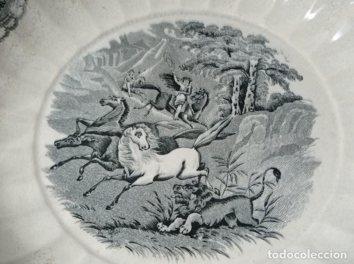 Antigüedades: Fuente gallonada loza estampada en negro caza del león sellos Valarino Cartagena la amistad Murcia - Foto 2 - 278179043