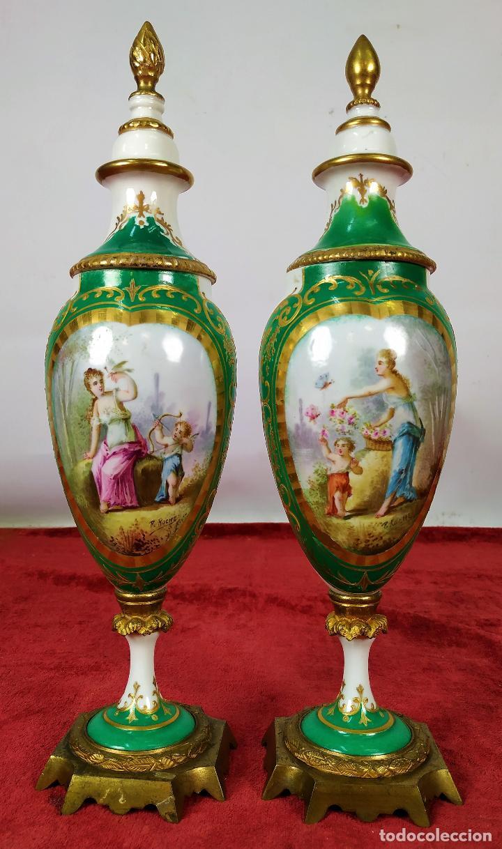 PAREJA DE JARRONES ESTILO SEVRES. FIRMADOS P. ROCHE. FRANCIA. FINALES SIGLO XIX (Antigüedades - Porcelana y Cerámica - Francesa - Limoges)