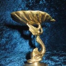 Antigüedades: ANTIGUO CANDELABRO PORTAVELAS PORTA VELAS PALMATORIA ORIENTAL BRONCE SIGLO XX PEZ MITOLÓGICO CONCHA. Lote 278233823
