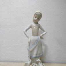 Antigüedades: FIGURA MUJER NIÑA CON PATOS NAO. Lote 278267873