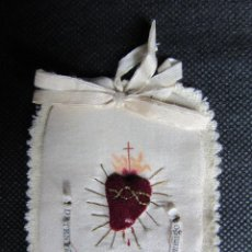 Antigüedades: DETENTE EL CORAZON DE JESUS ESTA CONTIGO BORDADO CON HILO DE ORO. Lote 278380013