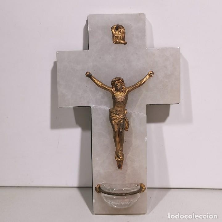 ANTIGUA BENDITERA RELIGIOSA CON UN CRUCIFIJO - EN MÁRMOL Y LATÓN - MUY CURIOSA - DE COLECCIÓN (Antigüedades - Religiosas - Benditeras)