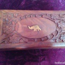 Antigüedades: CAJA DE LA INDIA NUEVA DE MADERA TALLADA CON INCRUSTACIONES EN LATON. Lote 278393468