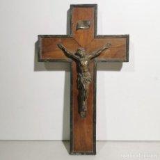 Antigüedades: ANTIGUO CRUCIFIJO RELIGIOSO EN MADERA Y METAL - GRANDE - MUY CURIOSO - DE COLECCIÓN. Lote 278398263