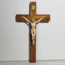 Antigüedades: ANTIGUO CRUCIFIJO RELIGIOSO EN MADERA Y RESINA - GRANDE - MUY CURIOSO - DE COLECCIÓN. Lote 278398628