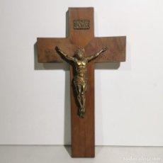 Antigüedades: ANTIGUO CRUCIFIJO RELIGIOSO EN MADERA Y LATÓN - GRANDE - MUY CURIOSO - DE COLECCIÓN. Lote 278398843