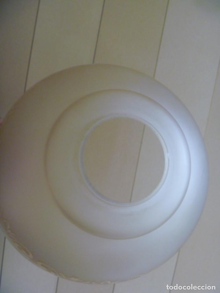 Antigüedades: ANTIGUA GRAN TULIPA DE CRISTAL GLASEADO GRABADO AL ÁCIDO PARA LAMPARA TECHO – 33 CM DIAMETRO - Foto 4 - 278450903