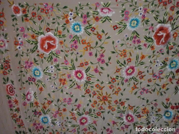 Antigüedades: precioso manton de manila rosa palo o salmon claro bordado por los dos lados flores - Foto 2 - 278454593