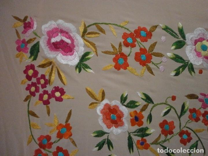 Antigüedades: precioso manton de manila rosa palo o salmon claro bordado por los dos lados flores - Foto 3 - 278454593