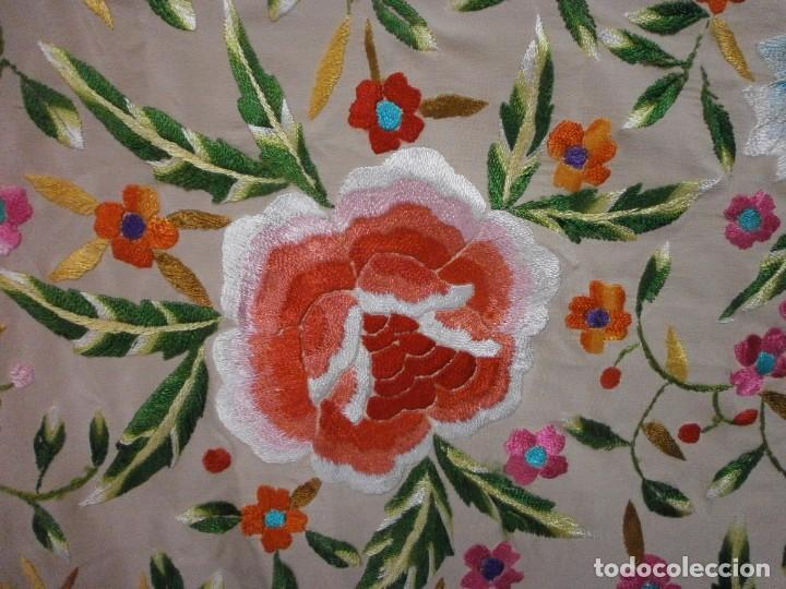 Antigüedades: precioso manton de manila rosa palo o salmon claro bordado por los dos lados flores - Foto 4 - 278454593