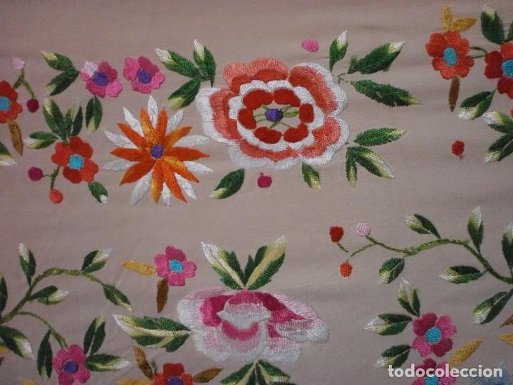 Antigüedades: precioso manton de manila rosa palo o salmon claro bordado por los dos lados flores - Foto 5 - 278454593
