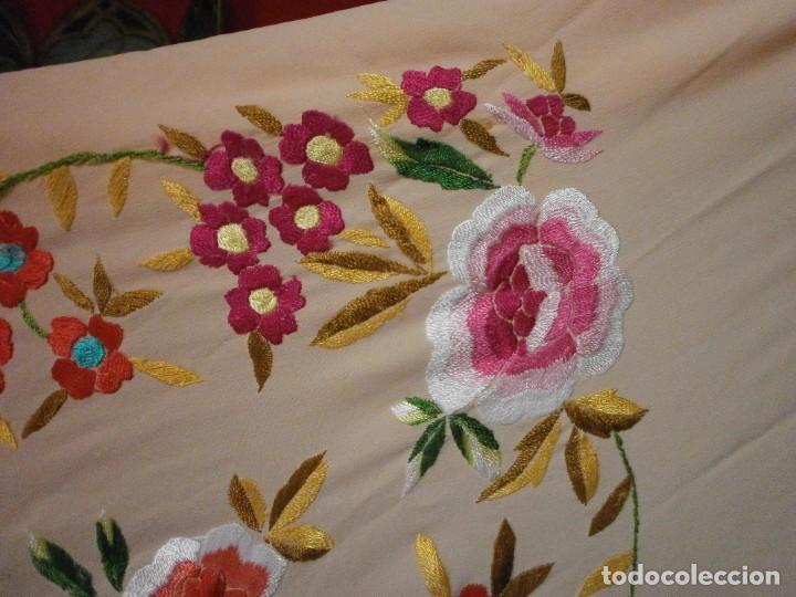 Antigüedades: precioso manton de manila rosa palo o salmon claro bordado por los dos lados flores - Foto 6 - 278454593