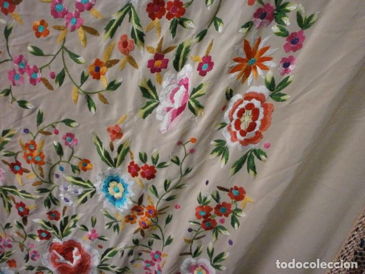 Antigüedades: precioso manton de manila rosa palo o salmon claro bordado por los dos lados flores - Foto 7 - 278454593