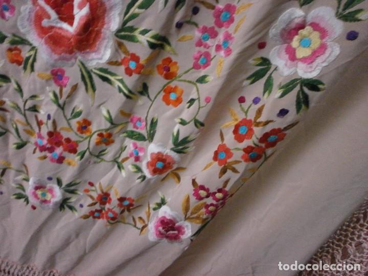 Antigüedades: precioso manton de manila rosa palo o salmon claro bordado por los dos lados flores - Foto 8 - 278454593