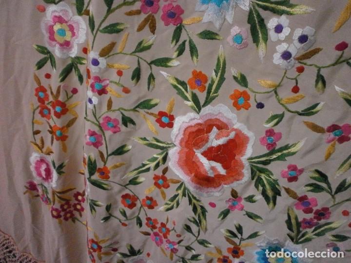 Antigüedades: precioso manton de manila rosa palo o salmon claro bordado por los dos lados flores - Foto 9 - 278454593