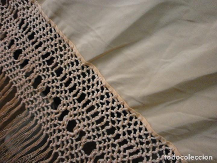 Antigüedades: precioso manton de manila rosa palo o salmon claro bordado por los dos lados flores - Foto 10 - 278454593