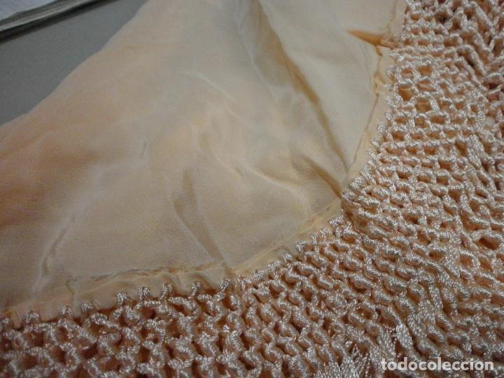 Antigüedades: precioso manton de manila rosa palo o salmon claro bordado por los dos lados flores - Foto 12 - 278454593