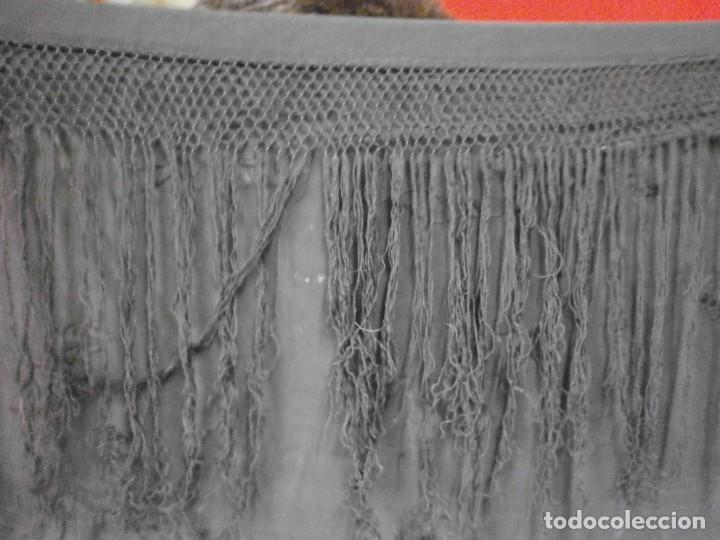 Antigüedades: muy antiguo manton de manila negro bordado por los dos lados flores ver fotos - Foto 3 - 278457348