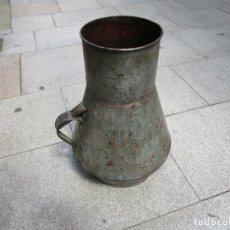 Antigüedades: ANTIGUA CANTARA MOLLO MEDIDA VINO ACEITE 18 LITROS, ZINC Y MADERA , UN ASA, LIMPIA 1.7KG + INFO. Lote 278571453