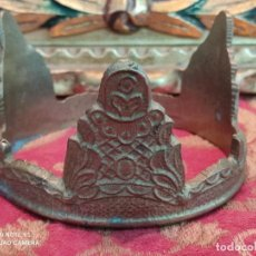 Antigüedades: CORONA VIRGEN O SANTO METAL DORADO LABRADA MUY ANTIGUA 9,8X5,5. Lote 278571993