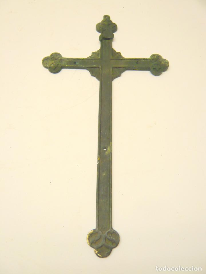 26 CM - ANTIGUA BELLA CRUZ CRUCIFIJO - BRONCE O LATON - ESTILO GOTICO (Antigüedades - Religiosas - Cruces Antiguas)