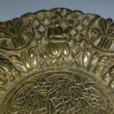 Antigüedades: PLATO DECORACION METAL BRONCE.. Lote 278692593