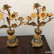 Antigüedades: CANDELABROS DE BRONCE DORADO Y PORCELANA, 35 CMS. Lote 278753553