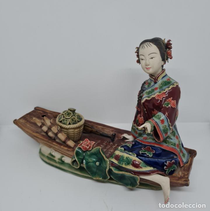 Antigüedades: PRECIOSA Y ANTIGUA ESCULTURA ORIENTAL POLICROMADA CON LEYENDA Y CUÑO,CHINA,JAPON??? - Foto 2 - 278820248