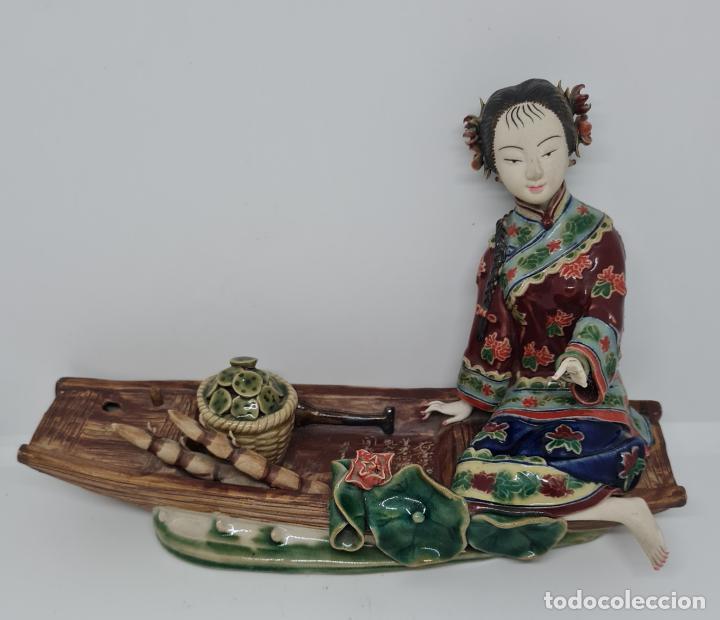 PRECIOSA Y ANTIGUA ESCULTURA ORIENTAL POLICROMADA CON LEYENDA Y CUÑO,CHINA,JAPON??? (Antigüedades - Porcelana y Cerámica - Japón)