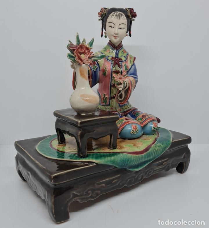 Antigüedades: PRECIOSA Y ANTIGUA ESCULTURA ORIENTAL POLICROMADA CON LEYENDA Y CUÑO,CHINA,JAPON??? - Foto 2 - 278822388