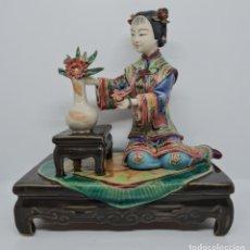 Antigüedades: PRECIOSA Y ANTIGUA ESCULTURA ORIENTAL POLICROMADA CON LEYENDA Y CUÑO,CHINA,JAPON???. Lote 278822388